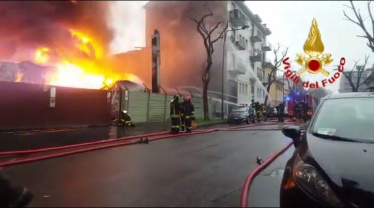 Esplosione e incendio in una cartiera a Milano